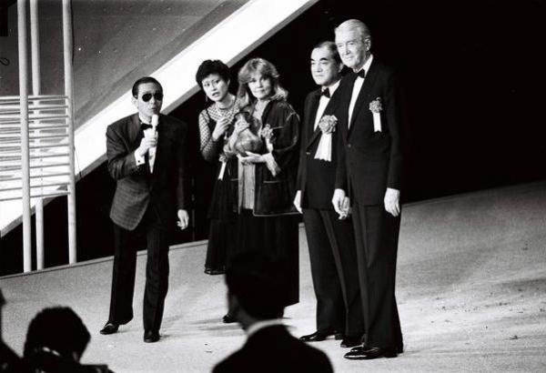 【1976年~】東京国際映画祭の司会をするタモリさん。右からアメリカの俳優、ジェームス・スチュアート、中曽根康弘首相、フランスの女優、ジャンヌ・モロー=1985年5月撮影