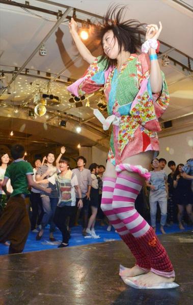 うどんを踏んでいるだけなら、罪に問われない? 異色のイベント「テクノうどん」で踊るギャル