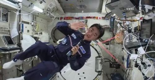 県歌を披露した油井亀美也さん=2015年8月、NASA TVから