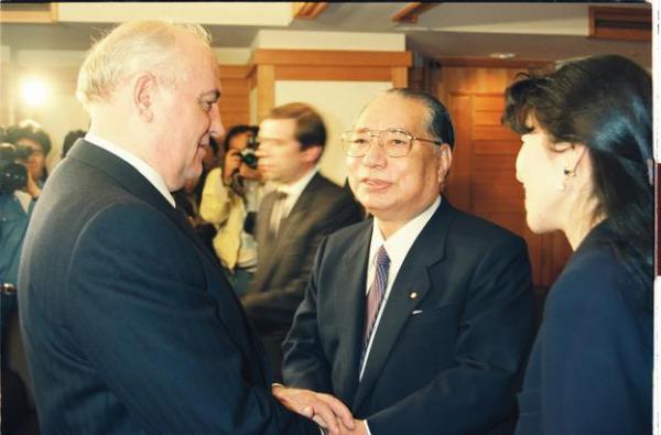 【1992年4月21日】握手を交わす創価学会の池田大作氏(右)とゴルバチョフ旧ソ連大統領