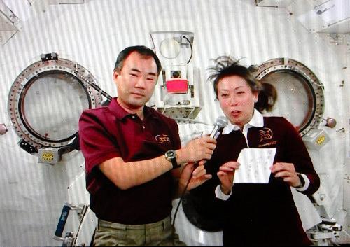 ISSから自作の句を詠む山崎直子さん(右)と野口聡一さん=2010年4月12日、NASAテレビから