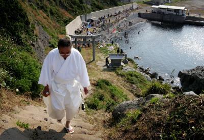 沖ノ島に上陸後、海水でみそぎを終えた人から順に、険しい参道を登って沖津宮を目指す=2005年5月27日、大野明撮影