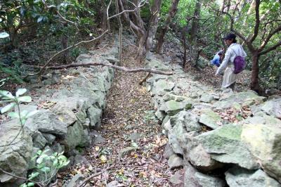 沖ノ島に残る砲台跡近くに残る石垣の構造物=2008年12月10日