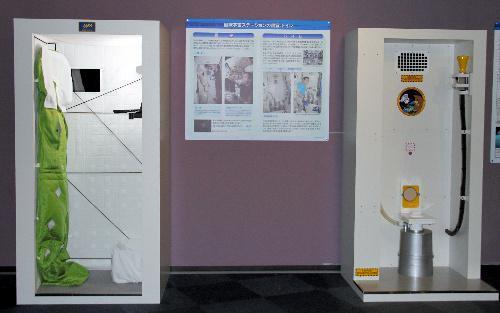 若田光一さんのコーナーに設置する国際宇宙ステーションの個室(左)とトイレのレプリカ=さいたま市