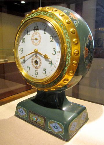 安藤七宝店がつくった昭和天皇の成婚記念の七宝焼の置き時計=名古屋市