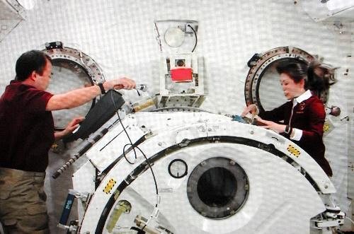 ISSで琴を弾く宇宙飛行士の山崎直子さん(右)と野口聡一さん=2010年4月12日、NASAテレビから