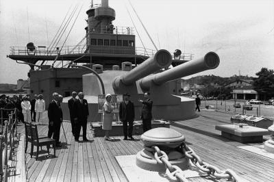 日露戦争の日本海海戦における日本の連合艦隊の旗艦で、横須賀港に保存されている「記念艦三笠」を見る天皇、皇后両陛下=1968年6月17日