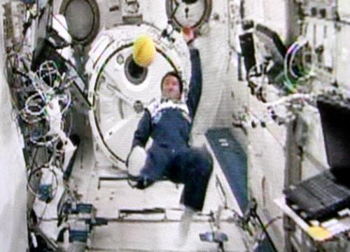 オーバーヘッドキックの態勢に入る若田光一さん=2009年4月27日、宇宙航空研究開発機構提供