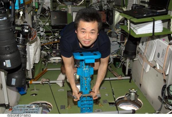 体重測定する若田さん=2009年6月30日、NASA提供