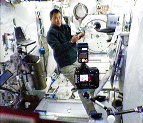 ISSの日本の実験棟「きぼう」で作業を始めた野口聡一さん=2009年12月29日、米航空宇宙局(NASA)提供