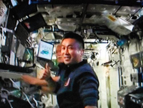ロボットアームの操作が順調に進み、親指を立てる若田光一さん=2009年3月20日、NASAテレビから