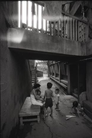 【1956年8月】遊び場がない端島では高層アパートの狭い廊下が子どもたちの過ごす場
