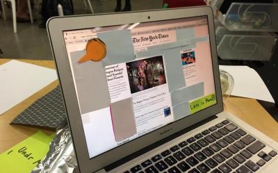 クラスメートのマックに紙をぺたぺた貼った。MacBookが必要とされても、こんな扱い。