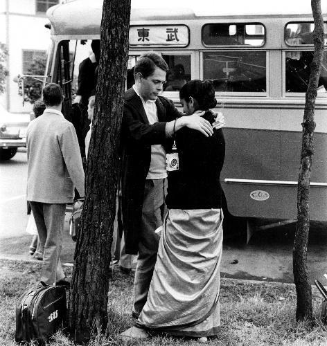 【1964年10月】女性(右)との別れを惜しみながら選手村を退村するスウェーデン選手、ヤン・ポワニヨンさん