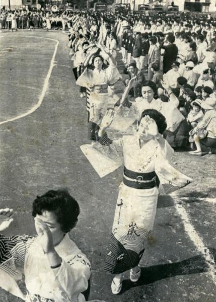 【1964年9月10日】聖火リレーが出発したあと、東京五輪音頭踊りで祝う千歳婦連協の女性たち=北海道千歳市