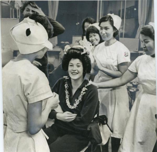【1964年9月28日】日本髪のかつらをかぶってはしゃぐフランス女性選手