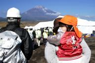 富士山のふもとでの「富士山火山三県合同防災訓練」に参加する人たち=2014年10月19日、静岡県御殿場市