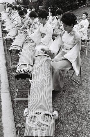 【1964年9月9日】聖火リレーでは20人の女性の手で琴の「君が代」が厳粛に演奏された=宮崎市