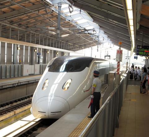 10月から無人化される九州新幹線新玉名駅のホーム=8月3日、熊本県玉名市