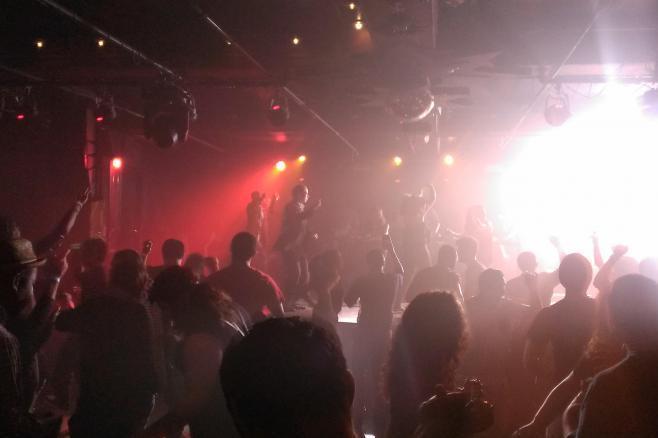 「無許可で踊らせたら罰金」というキャバレー法が残るニューヨーク。市内のクラブで踊る人々