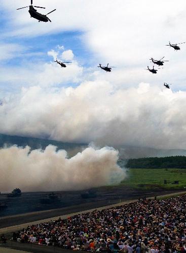 【2014年8月24日】詰めかけた観客の目の前を戦車が行き交い、ヘリコプターも次々と飛んだ