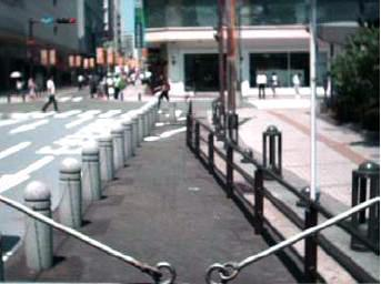 2012年8月に福岡市天神であった、遮熱性舗装の表面温度の測定の様子。車道部分に遮熱性舗装が施され、中央部分は普通のアスファルト、右側は光を反射しやすい白っぽい色の歩道=福岡市提供