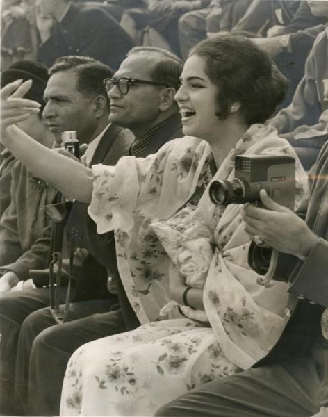 【1964年10月12日】サッカー予選リーグ、ブラジル対アラブ連合の試合。民族衣装で応援するアラブ女性