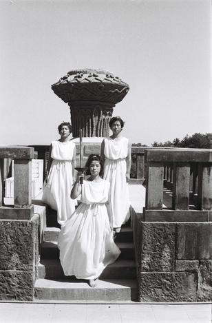 【1964年9月】聖火リレーで、埴輪の聖火台の前でギリシャ服を着てリハーサルに臨む女性たち=宮崎市