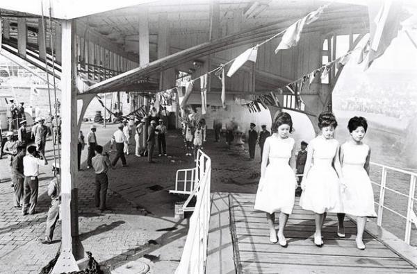 【1964年9月18日】聖火リレーの先導役の女性(聖火乙女)=下関市