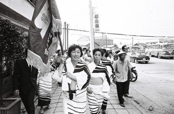 【1964年9月18日】聖火リレーで歓迎に集まった浴衣姿の女性たち=下関市
