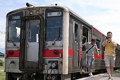 8月2日の日曜日、JR留萌線の増毛駅に1両列車が到着すると、たくさんの人たちが降りてきた=北海道増毛町、山本裕之撮影
