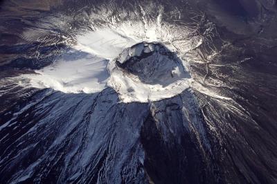 富士山頂の噴火口。噴火の場所は、2200年ほど前から山腹が中心になった=2007年11月23日