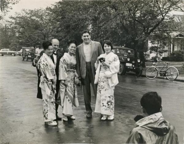 【1964年10月】和服姿の女性を呼び止め記念撮影する選手ら