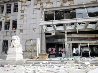 中国・天津の爆発事故。現場から約800メートル離れた天津新港税関ビル。大破して通関業務が行えなくなった=2015年8月14日、天津市浜海新区、林望撮影