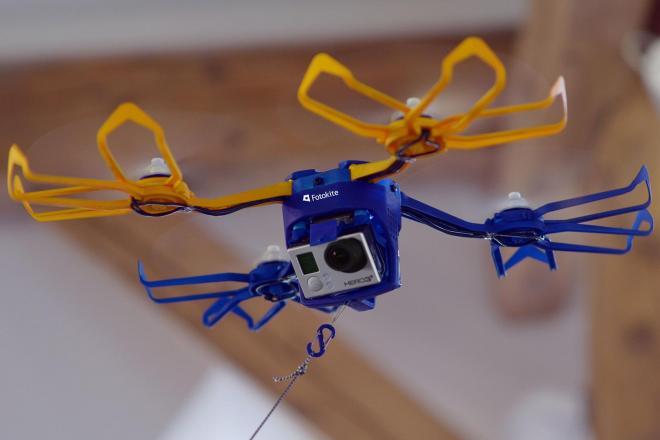 凧揚げ感覚で「ドローン」を扱えるのが魅力の「フォトカイト」=Perspective Robotics AG社提供