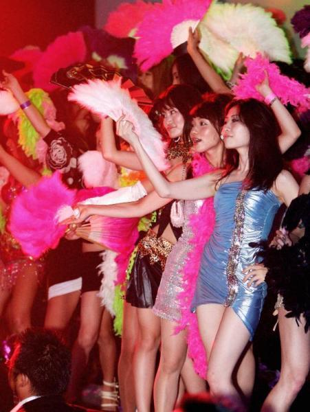 【2008年9月6日】ジュリアナ東京、一夜限りの復活。お立ち台で扇子を手に踊る参加者たち=東京都江東区有明