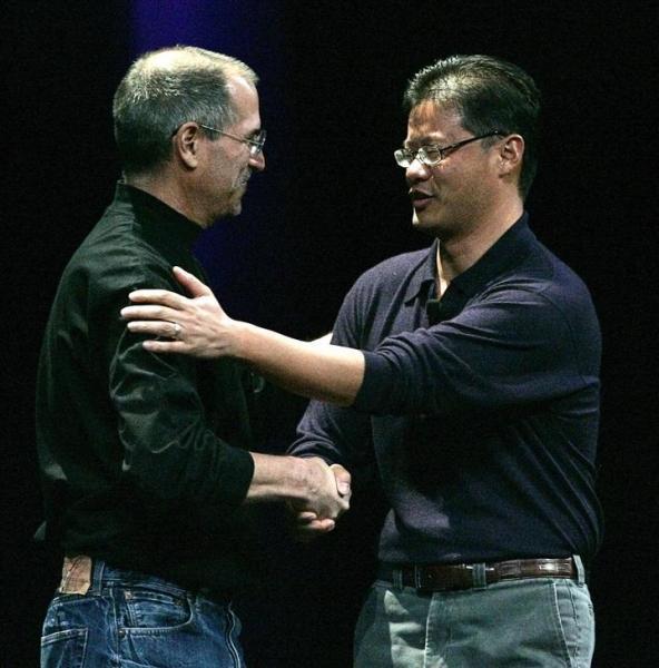 米ヤフー共同創業者のジェリー・ヤン氏。1995年、米スタンフォード大在籍中にヤフーを設立。アップル創業者のスティーブ・ジョブズ氏と=2011年10月6日