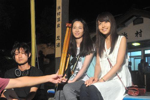 【2013年8月1日】浜村駅前で共演者らと一緒に取材に応じる有村架純さん(右)=鳥取市気高町勝見