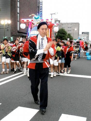 鳩山由紀夫元首相。東大工学部卒業後、米国スタンフォード大学で博士号を取得=2012年7月28日
