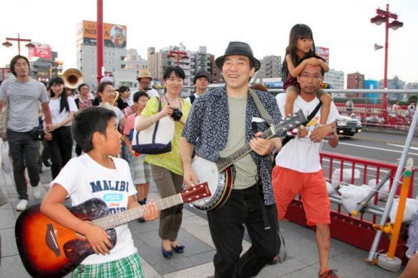 【2013年7月20日】「あまちゃん」のテーマ曲を奏でながら練り歩く大友良英さ