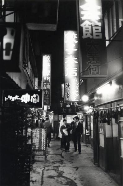 【1961年11月7日】東京・渋谷区道玄坂2丁目の台湾料理店などが軒を連ねる恋文横丁