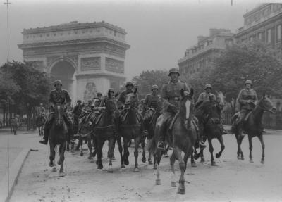 パリに入城したドイツ機械化先遣部隊=1940年