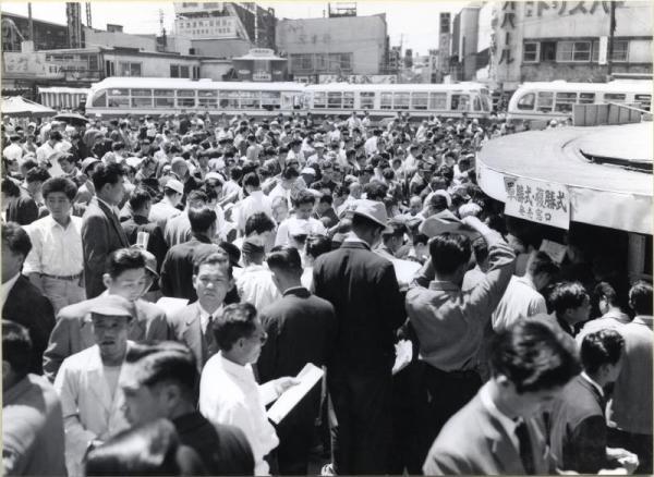 【1957年5月26日】新橋駅西口広場の場外馬券売場