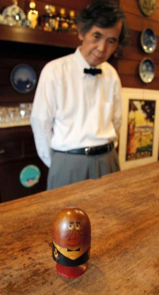 【2006年6月7日】松山市のバー「露口(つゆぐち)」のアンクルトリス。店を訪れた柳原さんが絵入りのサインをしてくれた