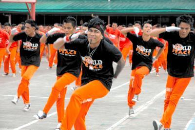 フィリピン・セブ島の「踊る囚人」。キレのある動きで観光客を楽しませる