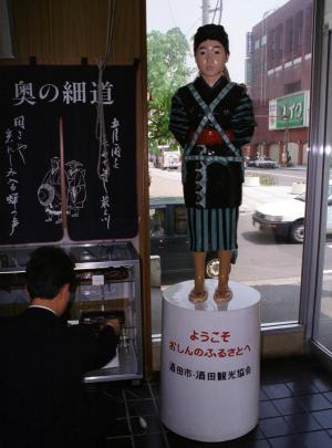 海外からの観光客に人気のあるおしん像=山形県酒田市の市物産館