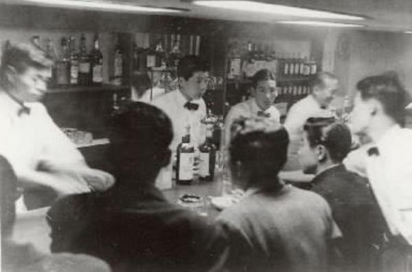 【1955年】仕事帰りのサラリーマンらでにぎわうトリスバー=サントリー提供