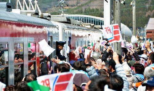 【2014年4月6日】出演者を乗せた列車を、市民らが盛大に見送った