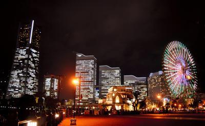 高層ビルや観覧車の光が、みなとみらいの夜を美しく彩る