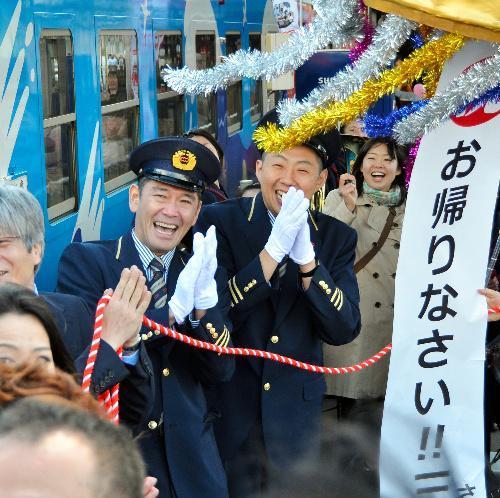 【2014年4月6日】駅長役の俳優杉本哲太さん(左)と、副駅長役の俳優荒川良々さん